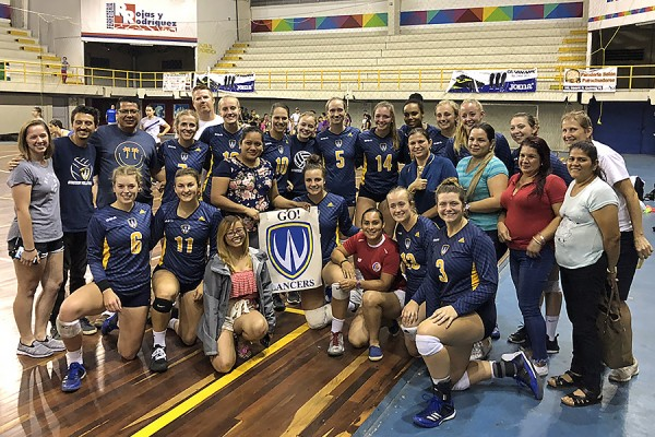 New fans of the Lancer women's volleyball team made a banner to cheer players on duing their visit to the Costa Rican city of San Ramón.
